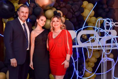 GRADUADOS. Ángela celebra su graduación junto a sus padres, Agustín y Claudia.