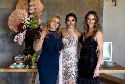 Despedida de soltera de Niní Luna, acompañada por su mamá, Olga Pérez, y su hermana, Susú Luna.