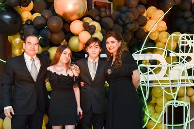 Carmen y Manuel, junto a sus padres, Manuel y Fabiola .