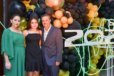 Ricardo, Joana y Valeria Garza.