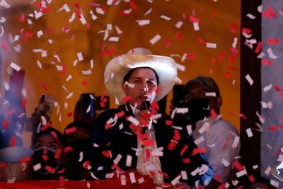 Tribunal Electoral declara a Pedro Castillo como presidente electo de Perú