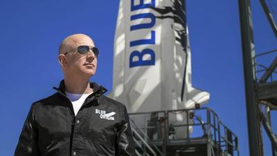 Dentro de la nave fabricada por Blue Origin, la compañía aeroespacial creada por Bezos en el año 2000, el fundador y hasta hace poco consejero delegado de Amazon viajó acompañado de su hermano, Mark; la piloto de 82 años Wally Funk; y Oliver Daemen un estudiante neerlandés de 18 años e hijo de un multimillonario.