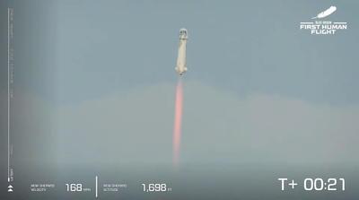Durante el trayecto, la cápsula en la que viajaron los pasajeros se separó del cohete propulsor una vez que alcanzaron los 76 kilómetros de altura, para luego continuar por su cuenta los restantes 30 kilómetros hasta una distancia de la superficie terrestre que les permitió experimentar por unos minutos la ingravidez.