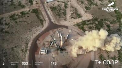 Una vez concluido el viaje, que empezó con un retraso de 12 minutos por ajustes técnicos, la cápsula con sus cuatro ocupantes aterrizó sin contratiempos en un paisaje desértico cerca del sitio de lanzamiento, en las inmediaciones del pequeño poblado tejano de Van Horn, y por donde momentos antes llegó el cohete propulsor del New Shepard.