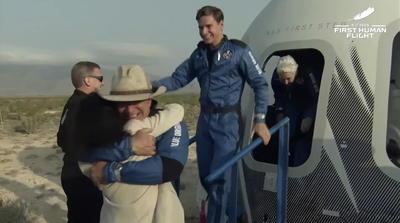 Jeff Bezos alcanza el espacio tras despegar a bordo del cohete New Shepard