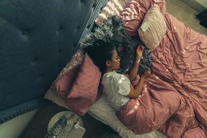 22072021 PRIORIDAD.  Dormir correctamente es tan importante como comer sanamente, por lo que fijar un horario para descansar y procurar que tu cama esté en un excelente estado debe ser una prioridad.