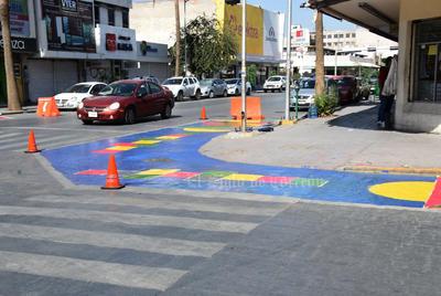 Ciudadanos pintan orejas peatonales en cruceros del Centro de Torreón