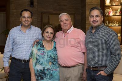 Rogelio Gaitán y Tere Salcido con sus hijos, Alberto y Rogelio.