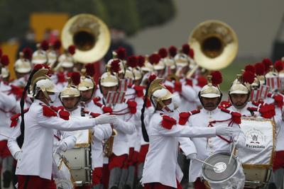 Fuerzas Armadas de Perú ofrecen desfile por el bicentenario de la Independencia