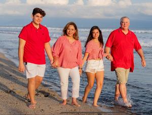 01082021 La ex lagunera radicada en San Antonio, Tx., Sara Correa de Crawford y John Crawford, el lunes 26 celebraron un aniversario más de feliz y armonioso matrimonio, a lado de sus hijos Isabella y John. ¡Enhorabuena!