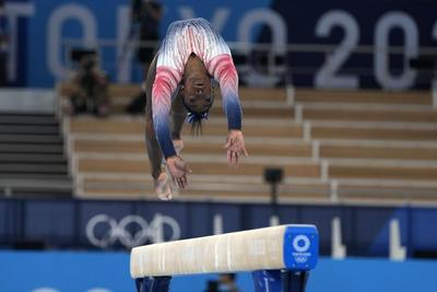 Simon Biles se sube al podio tras reaparecer en final de barra en Tokio 2020