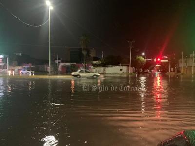 En Gómez Palacio, circulación del bulevar Miguel Alemán es cerrada en el tramo del desnivel 11-40 por intensa lluvia