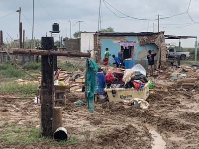 La dirección de Protección Civil en Gómez Palacio reportó una captación de agua de lluvia de 13 milímetros, provocando la afectación de una serie de colonias, así como del ejido Poanas, en donde se desbordó un viejo canal, ocasionando daños a una docena de viviendas.