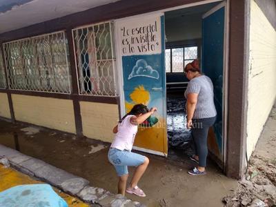'Mi escuela es un desastre', dice niña tras inundación en surponiente de Torreón