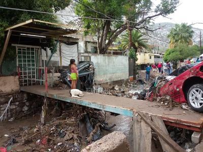 Azolvado. Lleno de basura y escombro quedó el arroyo por donde corrió el agua la noche del miércoles. Los vecinos temen que vuelva a presentarse la lluvia porque les causaría más desastres y pérdidas materiales.