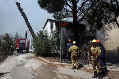 Viento empeora incendios en Grecia que ya han dejado un muerto