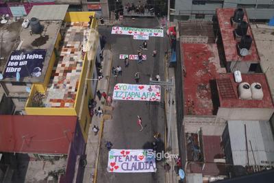 EUM20210808SOC0.JPG CIUDAD DE MÉXICO.CIUDAD DE MÉXICO, City/CDMX-Cablebús.- Vecinos de Iztapalapa muestran agradecimiento a la jefa de gobierno de la CDMX, Claudia Sheinbaum, durante la inauguración del Cablebús este domingo 8 de agosto de 2021. Foto: Agencia EL UNIVERSAL/Carlos Mejía/LCG