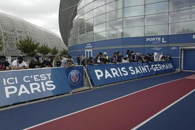 Fanáticos ya esperan a Messi en París