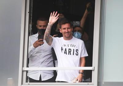 La leyenda del fútbol mundial, que acaba de dejar el Barcelona (672 goles en 778 partidos), llegó al aeródromo de Le Bourget, a 17 kilómetros al norte de París, donde un importante contingente de periodistas e hinchas se había congregado para intentar verlo en persona mientras coreaban 'Ici est Paris' ('Aquí es París').