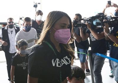 El crack rosarino y su familia salieron, alrededor de las 13.00 horas (-2 GMT), en varios coches hacia el aeropuerto de El Prat, desde su casa de Castelldefels (Barcelona), donde se dieron cita una docena de aficionados para despedir al jugador y varios redactores y equipos de televisión. Una expectación de aficionados y prensa que fue en aumento cuando el '10' alcanzó la terminal aérea.