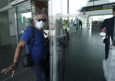 A su llegada al aeropuerto de El Prat, Jorge Messi contestó con un lacónico 'sí', cuando una periodista de Atresmedia la preguntó si su hijo iba a fichar hoy por el conjunto parisino.