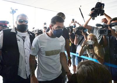 Messi arriba a París; será nuevo jugador del PSG