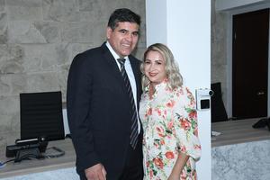 10082021 Santiago González Villa y doctora Wendolyne Martínez Moreno.