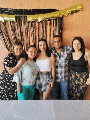10082021 Clara Escobedo García festeja su cumpleaños 30 rodeada por familiares y amigos.