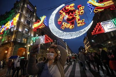 Alumbrado decorativo ilumina Zócalo de CDMX; conmemora 500 años de la Conquista
