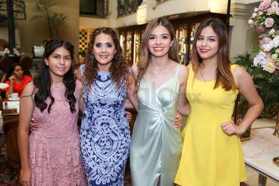 Alejandra Becerra Alonso junto a su mamá, Claudia Alonso, y sus hermanas, Camila y Laura.