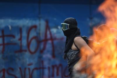 Grupo de mujeres protesta frente al Ángel de la Independencia en CDMX