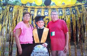 15082021 Diego Álvarez en su graduación de sexto año en compañía de sus abuelitos.