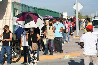 Rezagados de 50 a 59 años hacen larga fila en Hospital General de Torreón por vacuna antiCOVID