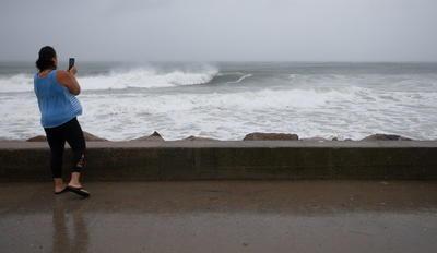 Tormenta 'Henri' toca tierra en Rhode Island, EUA; afecta Nueva York y noreste del país