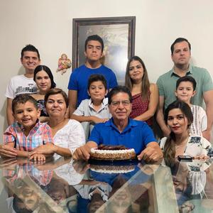 22082021 En celebración de sus 65 años de vida Rogelio Machado Hidalgo en compañía de su familia.