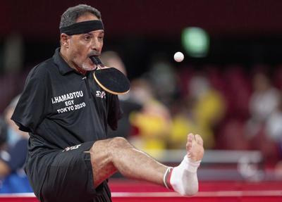 El tenista de mesa egipcio se pone la pelota en el pie, la eleva a media altura y, con el gesto de su cabeza, la manda al otro lado de la mesa para tratar de ganar a sus rivales.