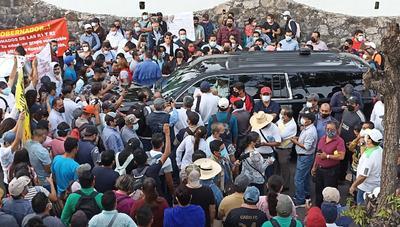 Maestros impiden acceso de AMLO a su conferencia mañanera en Chiapas