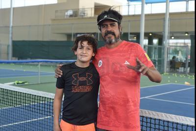 Santiago y Carlos vivieron una práctica de tenis infantil en las instalaciones del Campestre de Torreón