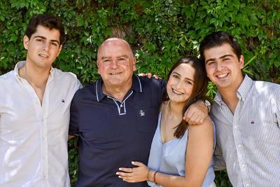 Jesús García junto a sus hijos Roberto, María Elisa y Eduardo.