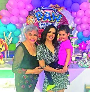 29082021 Ana Carmen Sifuentes Avilés con su abuela Carmen de Avilés y su mamá Ana Elena Avilés Espinosa celebrando sus 5 años el pasado 22 de agosto.