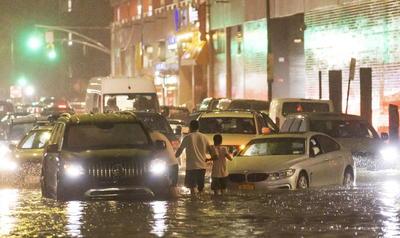 Estamos sufriendo un evento meteorológico histórico con lluvias que están rompiendo récords por toda la ciudad, con inundaciones brutales y condiciones peligrosas en las carreteras, advirtió el alcalde de Nueva York, Bill de Blasio, en las redes sociales.