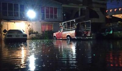 Lluvia provoca inundaciones en Ecatepec, Edomex; mueren al menos dos personas