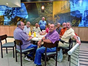 05092021 Generación 61 de ex-alumnos Pereyra durante su desayuno mensual en conocido restaurante de la localidad.