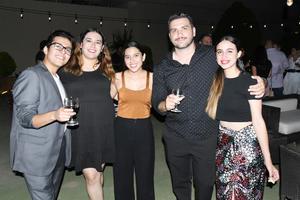 04092021 Compañía de teatro Rey Feo celebra brindis.