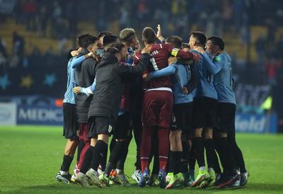 Uruguay consigue agónica victoria sobre Ecuador con gol de Gastón Pereiro