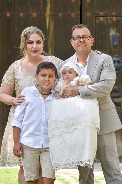 Victoria con sus papás Héctor y Verónica, y su hermano Santi