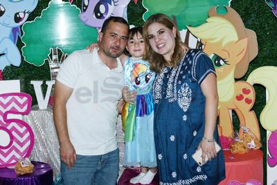 Victoria con sus papás Gerardo de la Torre y Jessica Trasfi