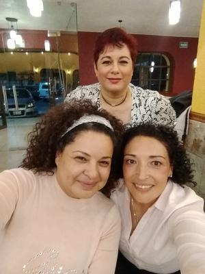 10092021 ENTRE AMIGAS.  Isabel, Verónica y Azul.