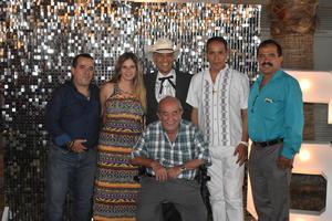 12092021 EN FAMILIA.  Earl Amozurrutia Olvera con sus hijos, Rafa, Vicky, Earl, Paco y Eddy Amozurrutia Carson.