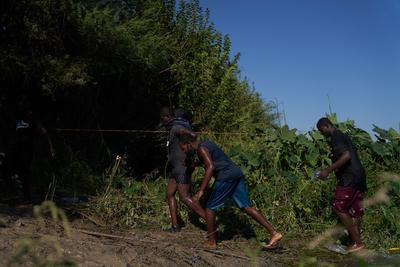 Migrantes siguen cruzando entre Del Río y Acuña, ahora por Parque Braulio Fernández